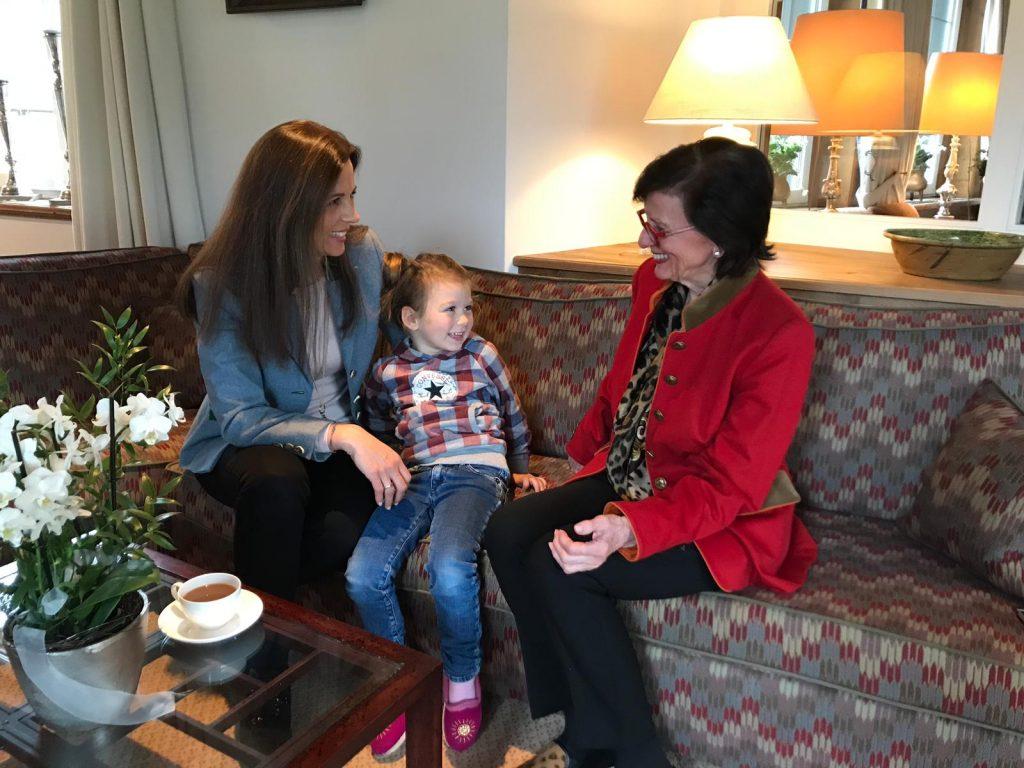 3 Generationen des Hotel Theresa lachen sich an | Wellnesshotel | Hotel Theresa